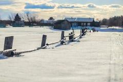Vieille barrière en bois dans la neige dans le village abandonné Photo libre de droits