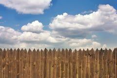 Vieille barrière en bois foncée Photographie stock libre de droits