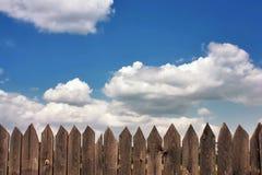 Vieille barrière en bois foncée Photo libre de droits