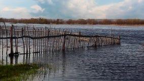 Vieille barrière en bois inondée Photographie stock