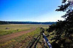 Vieille barrière en bois le long de route de montagne photographie stock