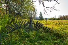 Vieille barrière en bois tombée dans le pré Village de Suenga, Novosibi Image libre de droits