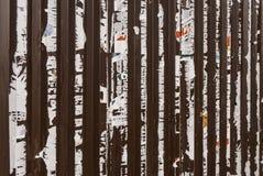 Vieille barrière en métal avec les restes des annonces précédemment collées là-dessus photo libre de droits