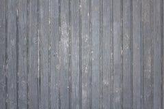 vieille barrière grise en bois faite de planches avec éplucher la peinture, les fissures et les taches blanches Lignes verticales image libre de droits