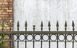Vieille barrière rouillée de transitoire contre le mur image libre de droits