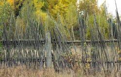 Vieille barrière rustique des brindilles Photographie stock libre de droits