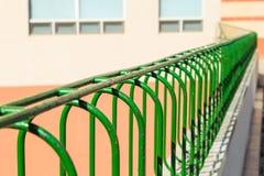 Vieille barrière verte de barre d'acier de plan rapproché avec la rouille Photo libre de droits