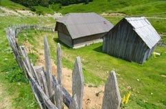 Vieille barrière And Wooden Hut dans Monténégro photo libre de droits