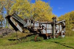 Vieille batteuse dans les feuilles de rotation d'automne photo libre de droits
