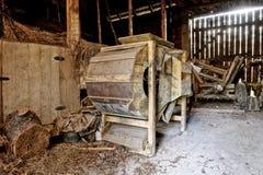 Vieille batteuse en bois photo stock