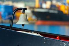 Vieille Bell sur le bateau photographie stock libre de droits