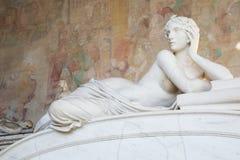 Vieille belle statue de femme nue à Pise Photos stock
