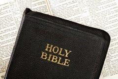 Vieille bible au-dessus de livre ouvert brouillé Image libre de droits