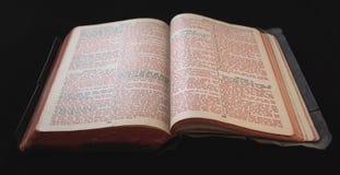 Vieille bible avec le texte rouge Photos stock