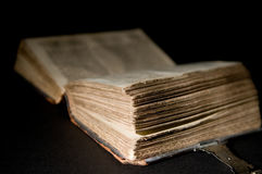 Vieille bible sur le noir Image stock