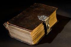 Vieille bible sur le noir Photos stock