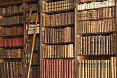 Vieille bibliothèque avec l'échelle Images stock