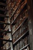 Vieille bibliothèque dans le Trinity College photos stock