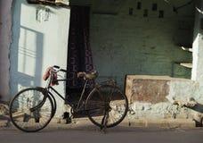 Vieille bicyclette abandonnée dans la rue Image libre de droits