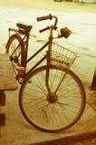 Vieille bicyclette avec le rétro effet image stock