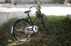 Vieille bicyclette classique de vintage contre l'arrêt sur l'herbe Image libre de droits
