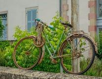 Vieille bicyclette décorative images stock
