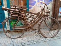 Vieille bicyclette d'abrégé sur absinthe Prague, République Tchèque, photographie stock libre de droits