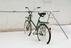 Vieille bicyclette dans la neige Image stock