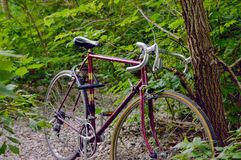 Vieille bicyclette de cru image stock