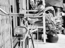 Vieille bicyclette de cru Photos stock