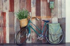 Vieille bicyclette de foyer mou sur le fond en bois Photographie stock libre de droits