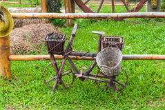 Vieille bicyclette en bois pour la décoration sur l'herbe dans le jardin Photo libre de droits