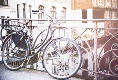 Vieille bicyclette garée contre la balustrade de fer photo stock