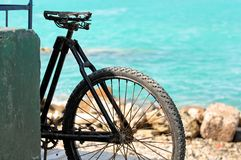 Vieille bicyclette par la mer photo stock