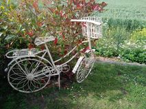 Vieille bicyclette peinte blanche en métal image libre de droits