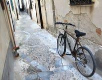 Vieille bicyclette, petite rue, Cefalu, Sicile Photo libre de droits