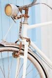 Vieille bicyclette se penchant contre la trappe bleue. Image libre de droits