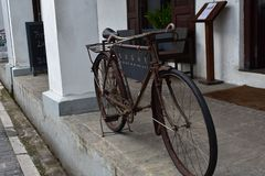 Vieille bicyclette Sri Lanka de pied image stock