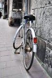 Vieille bicyclette sur la rue de ville Image libre de droits