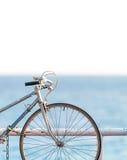 Vieille bicyclette sur le côté de mer Photo libre de droits