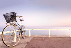 Vieille bicyclette sur le côté de mer. Image libre de droits