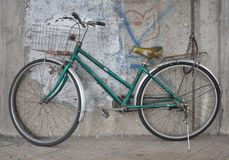 Vieille bicyclette verte et le mur Image libre de droits