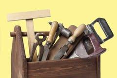 Vieille boîte à outils de Wooden de charpentier avec des outils d'isolement sur le blanc images stock
