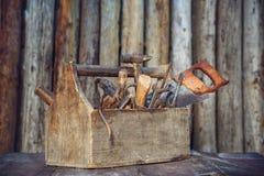 Vieille boîte à outils sur la table sur le fond de bois de construction image libre de droits