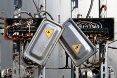 Vieille boîte électrique rouillée de transformateur avec des fils Images stock