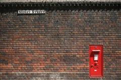 Vieille boîte aux lettres et vieux mur Photographie stock libre de droits