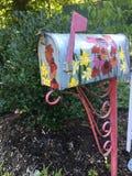Vieille boîte aux lettres peinte nouvelle avec des fleurs image libre de droits