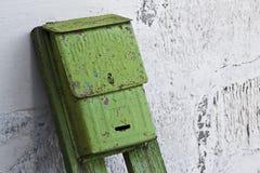 Vieille boîte aux lettres pour des lettres et des journaux Photographie stock libre de droits