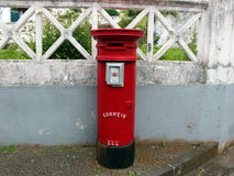 Vieille boîte aux lettres rouge sur la rue dans Horta Images stock