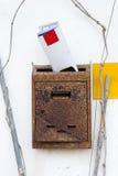 Vieille boîte aux lettres rouillée avec la correspondance image stock